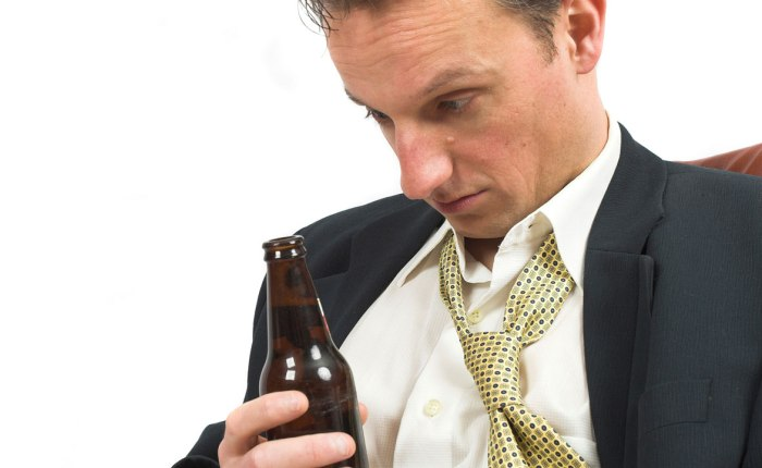 Неадекватное поведение при переборе алкоголя