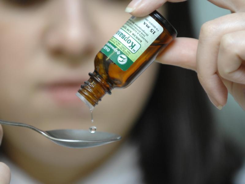 Прием лекарства в виде капель