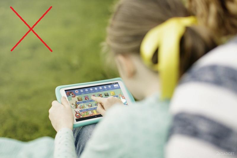 Ребенок играет с планшетом