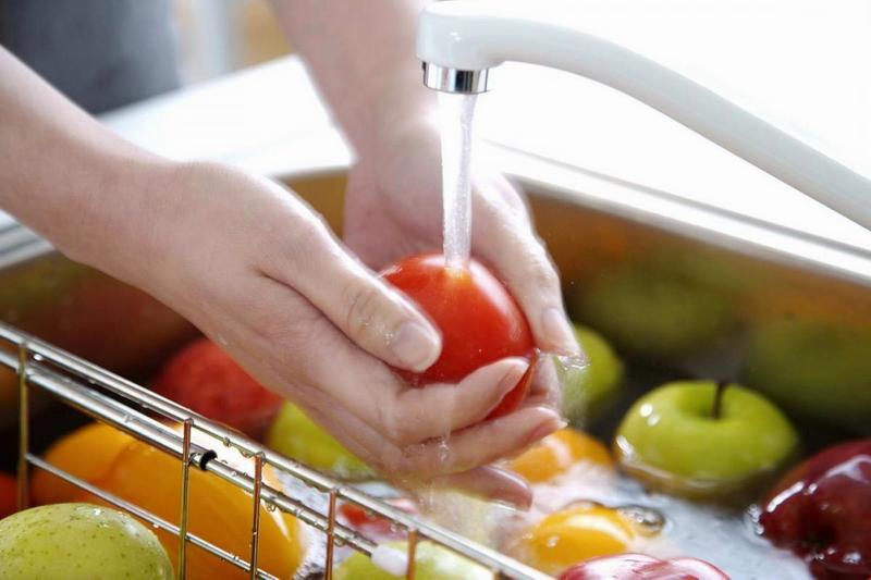 На продуктах могут быть болезнетворные микроорганизмы