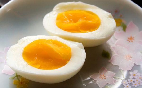 Отварные яйца всмятку
