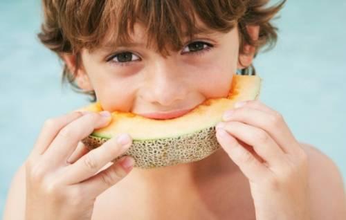 Ребенок ест дыню
